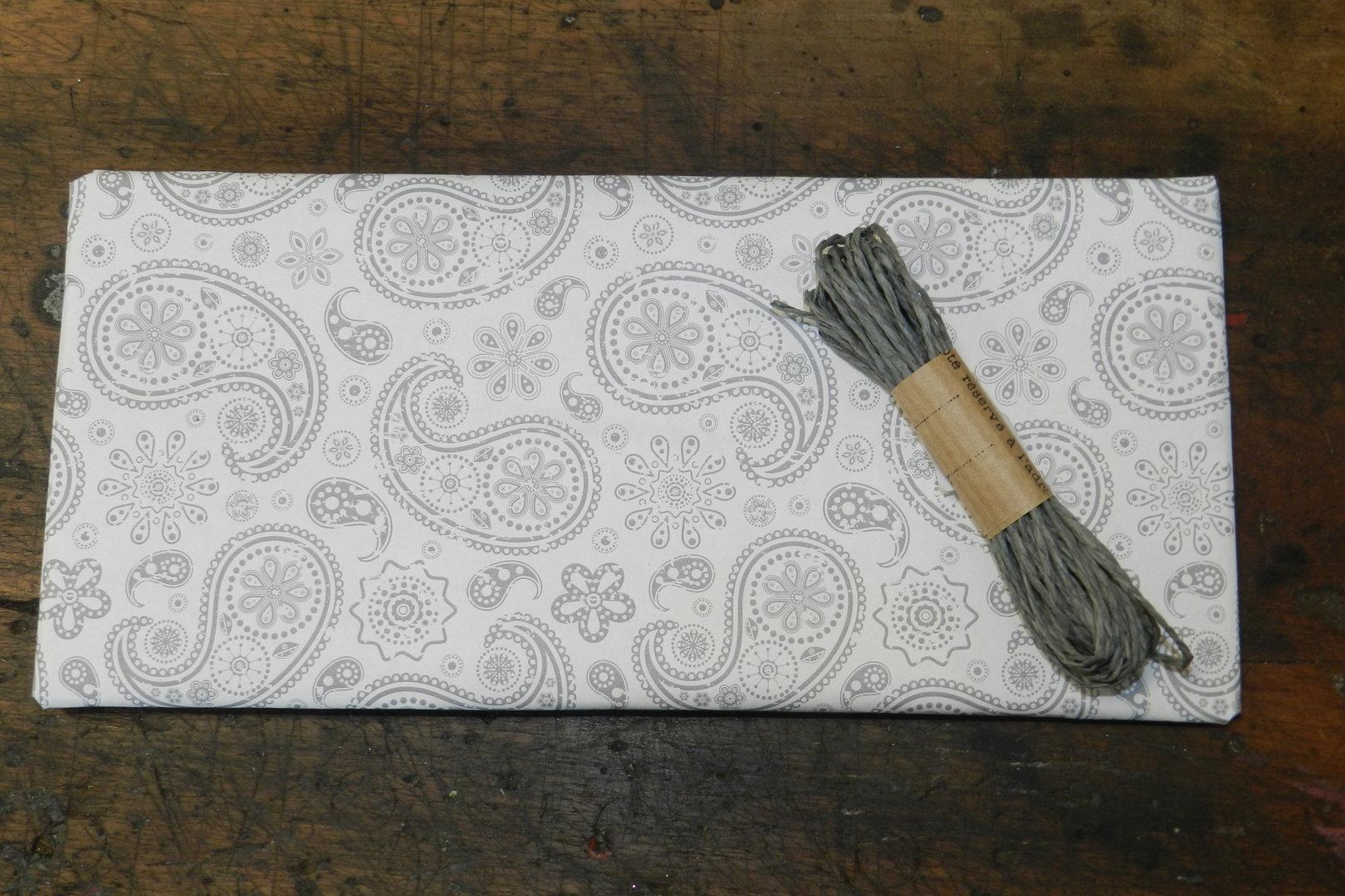 geschenkpapier paisley grau 3m x 35cm speicher und scheune. Black Bedroom Furniture Sets. Home Design Ideas